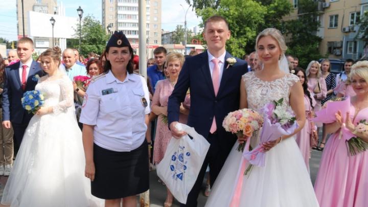 Видео: полицейские приехали на свадьбы во Дворец бракосочетания