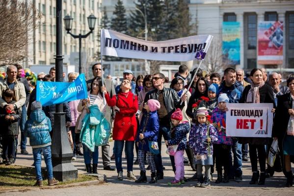 Митинг организовали у хачкара в Первомайском сквере