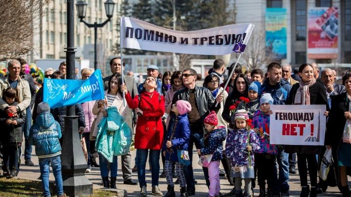 Толпа армян с плакатами собралась в Первомайском сквере