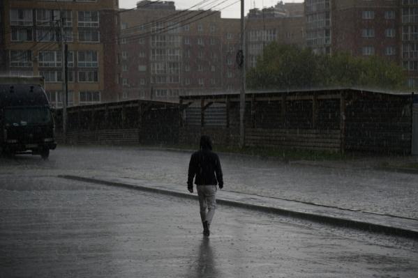 С неба хлынули потоки воды, превратив тротуары в реки