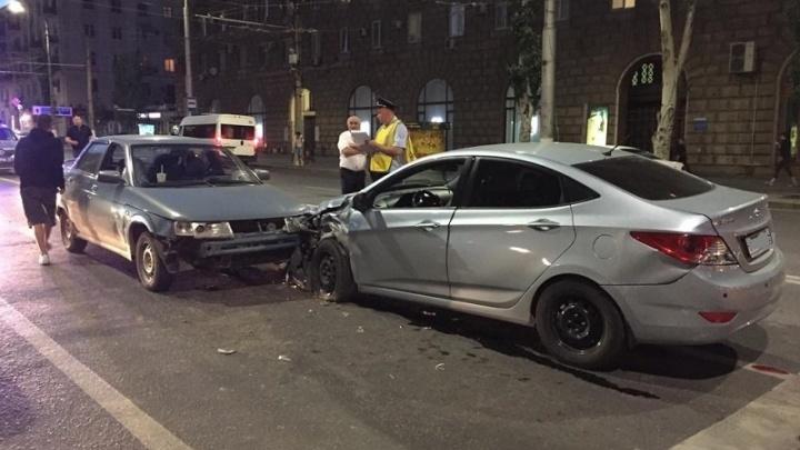 На злополучном перекрестке в центре Волгограда лихач на иномарке снес две машины — видео