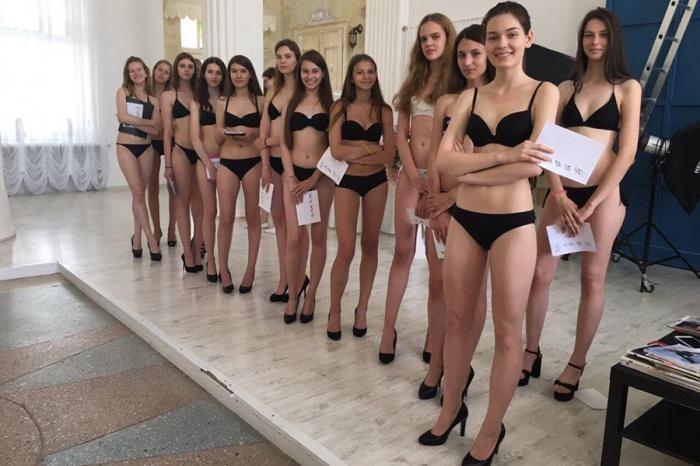 Девушки, пришедшие на кастинг для представителей азиатских модельных агентств