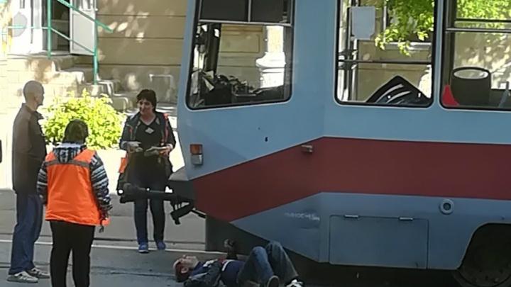 Перебегал дорогу далеко от «зебры»: в Магнитогорске трамвай сбил мужчину