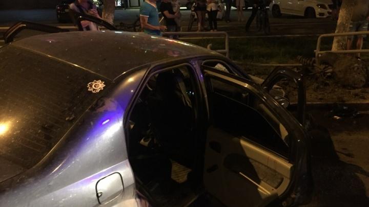 «Водитель был пьян»: на Московском шоссе легковушка влетела в ограждениеоколо салонаPorsche
