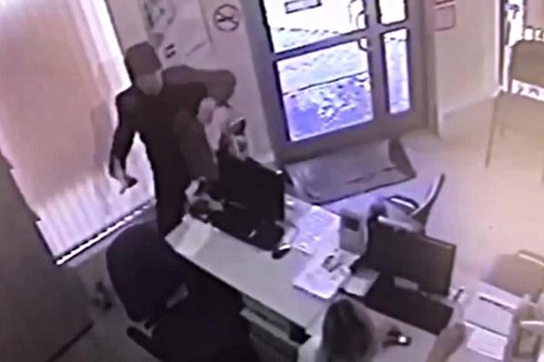 Мужчина угрожал сотруднице офиса ножом