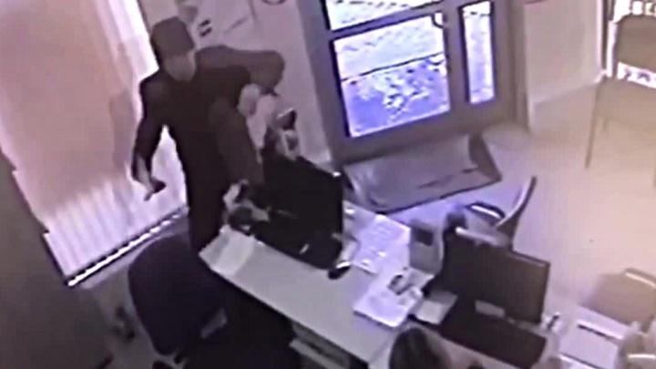 Видео: грабитель с ножом ворвался в офис микрозаймов и унёс деньги