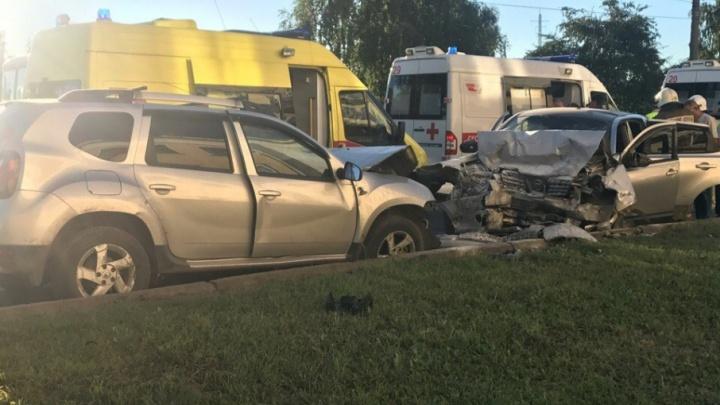 В Уфе Nissan на высокой скорости протаранил встречный Renault: шесть человек в больнице