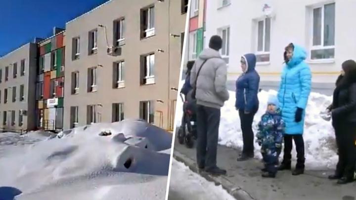 Жители дома в Крутых Ключах просят Лапушкину убрать разливайку с первого этажа