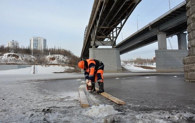 На реках Уфы начали распиливать и чернить лед
