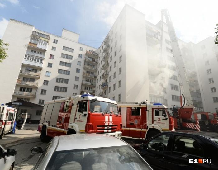 На борьбу с огнём были брошены два десятка спецмашин и полсотни спасателей