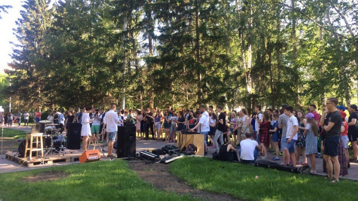 Новосибирцы попали на массовый пикник в Нарымском сквере