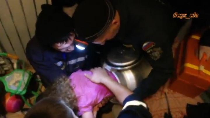 В Уфе спасатели освободили застрявшую в бидоне двухлетнюю девочку