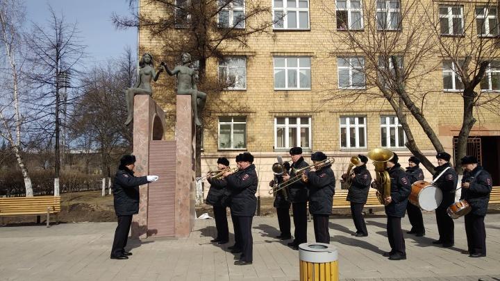Полицейские устроили флешмоб в центре Красноярска с оркестром и собакой: смотрим, как это было