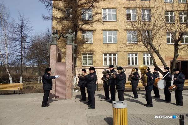 Полиция выступила с оркестром на проспекте Мира