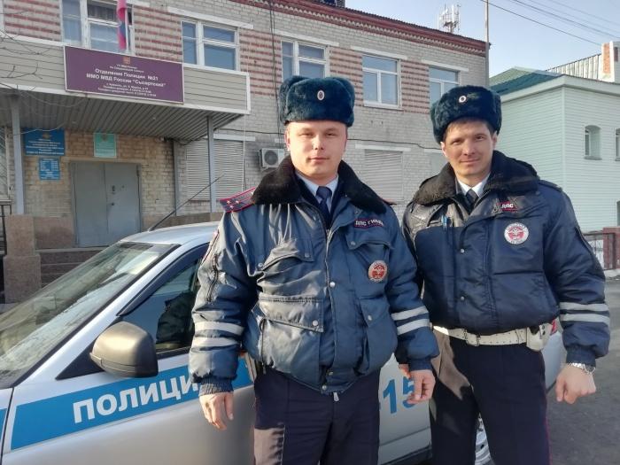 Илья Скворцов и Вячеслав Каргополов ехали по маршруту патрулирования и увидели растерянных челябинцев