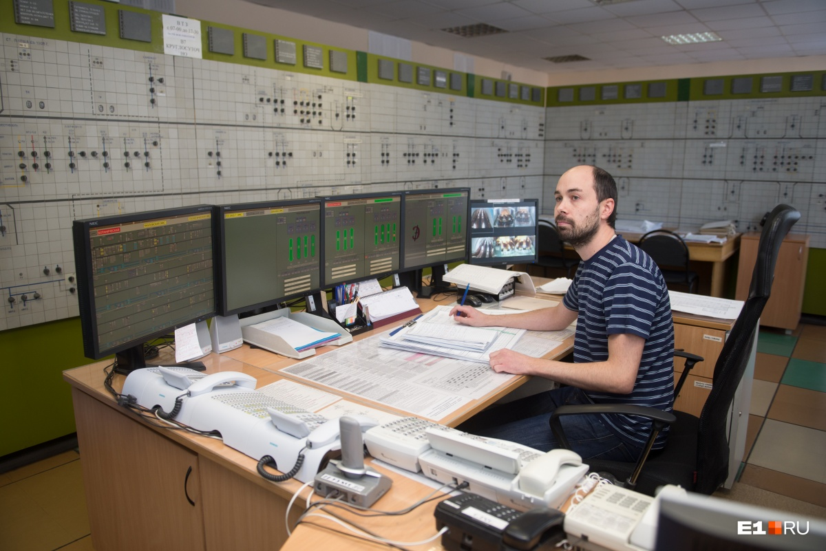 Хорошие специалисты в дефиците на любом производстве. На снимке старший диспетчер электромеханической службыРоман Богапов. Он следит за работой вентиляции, насосами, которые откачивают воду на станциях, а также за работой эскалаторов