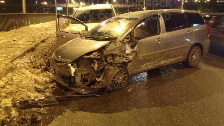 В аварии на скользкой улице Белинского раскидало и изуродовало несколько авто