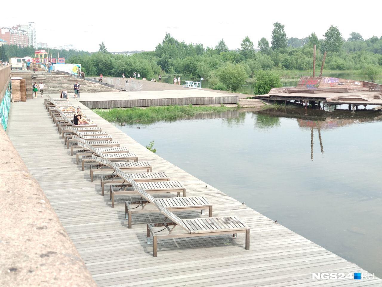 Остались здесь и лежаки, установленные прямо на берегу.
