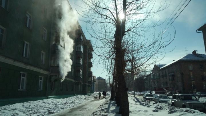 На Учительской задымился шестиэтажный дом: жителей эвакуировали