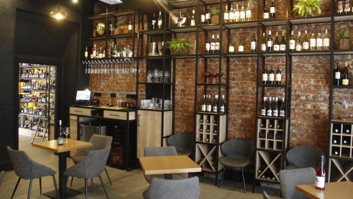 Что-то летнее и недорогое: Стас Соколов узнал, где пить интересное вино бюджетно (но замысловато)