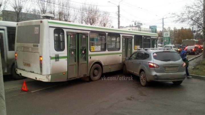 Из-за ДТП с автобусом на Свободном растянулась пробка на 2 километра