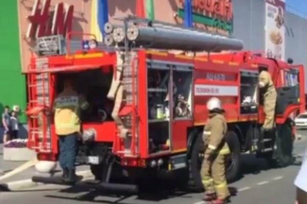 Пожарные быстро прибыли к торговому центру