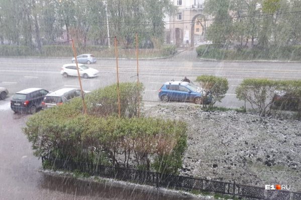 Улицы засыпало снегом и градом