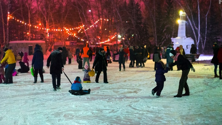 «Ну что, красивая, поехали кататься»: где в Омске этой зимой работают катки