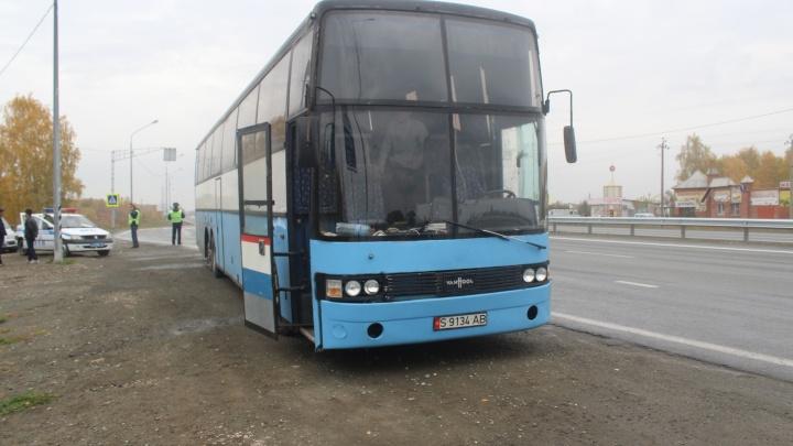 Семеро по лавкам: под Челябинском задержали автобус, везший в Киргизию детей на диванах