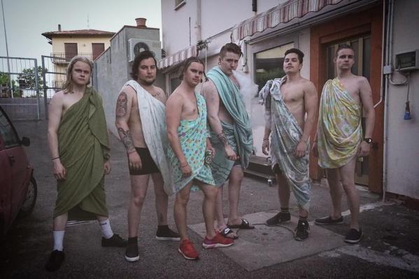 Попасть на концерт модной группы из Рейкьявикаможно по цене стаканчика кофе: билеты на выступлениеWhile My City Burns стоят всего 250 рублей. Пойдете?