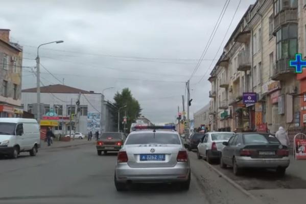 Автомобили дружно выстроились в ряд на отрезке земли возле дороги