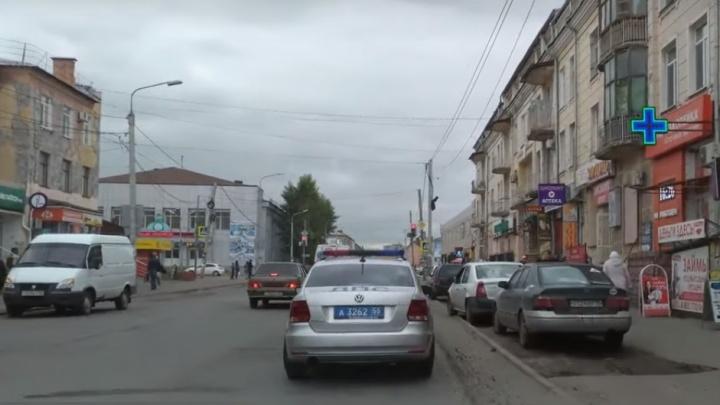Не газон, не тротуар: от участка с оставленными под знаком авто открестились в ГИБДД и администрации