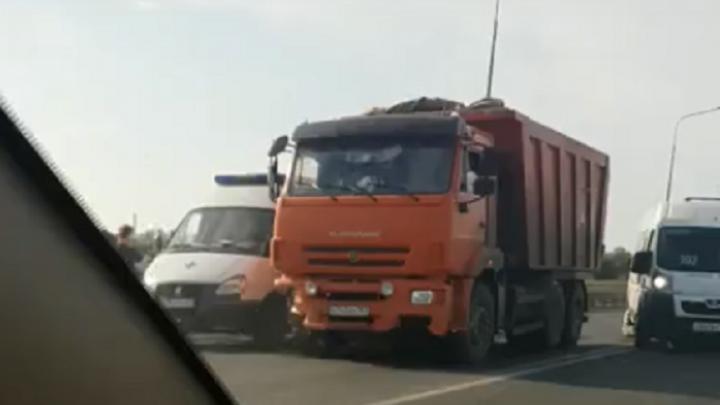 Остаемся в городе: в Самаре Южный мост встал из-за ДТП с КАМАЗом