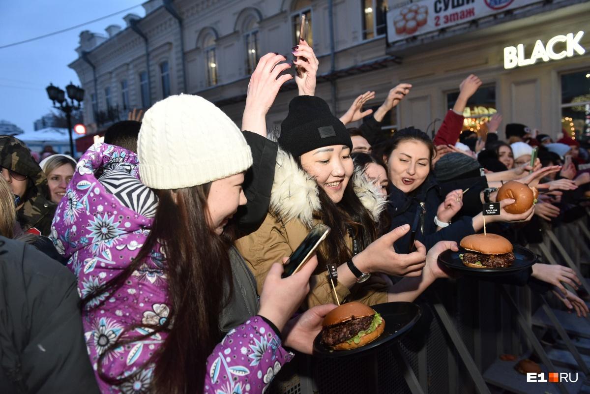 Школьники дрались за бургеры: как журналист E1.RU Мария Игнатова выжила в толпе фанатов Тимати