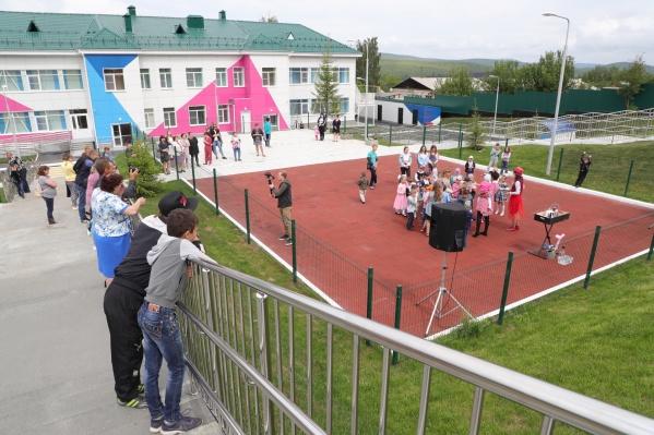 Это уже второй детский сад, открытый в Карабаше после капитального ремонта. Авторы проекта предусмотрели даже огород и фруктовый сад