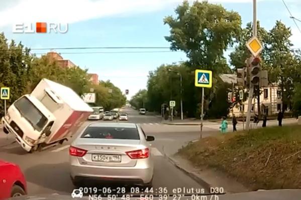 Грузовик завалился на левую сторону во время поворота