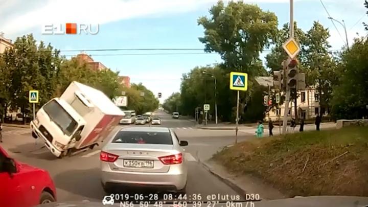 Проехал перекресток на двух колесах: появилось видео ДТП на Первомайской, где перевернулся грузовик