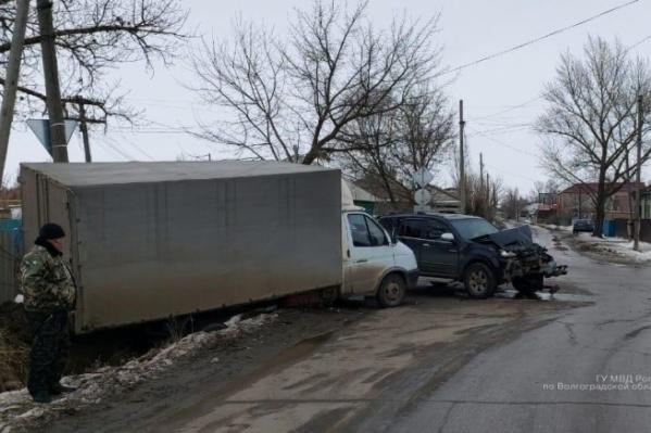 Во Фролово столкнулись внедорожник, грузовик и легковушка