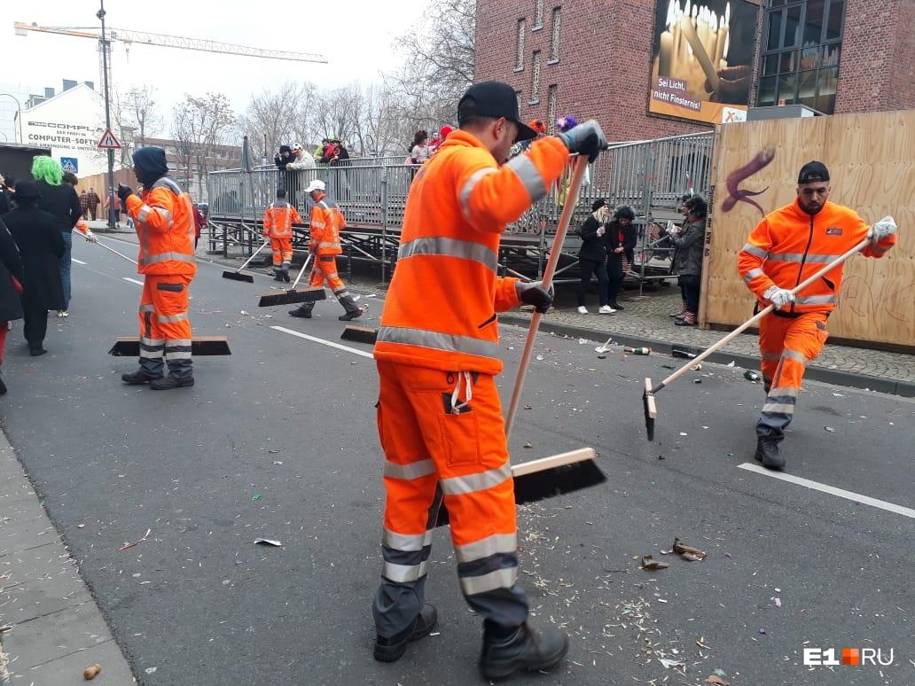 Но как бы они ни старались, центр города всё равно был завален мусором, который не спешили убирать и на следующий день