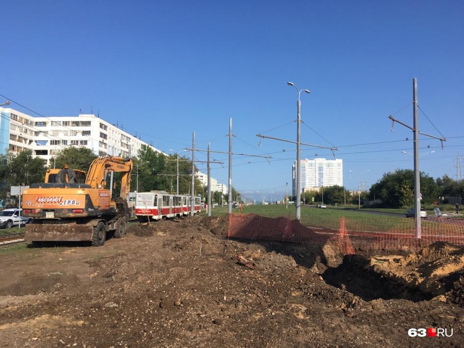 Пока на площадке проводят земляные работы