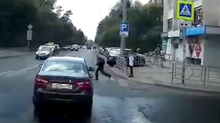 «Быстро рванул на зелёный»: в Самаре пассажирка «Весты» отчитала школьника, который угодил под авто