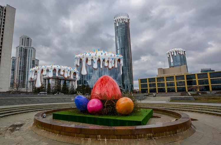 За ночь в фонтане у Театра драмы разложили гигантские яйца