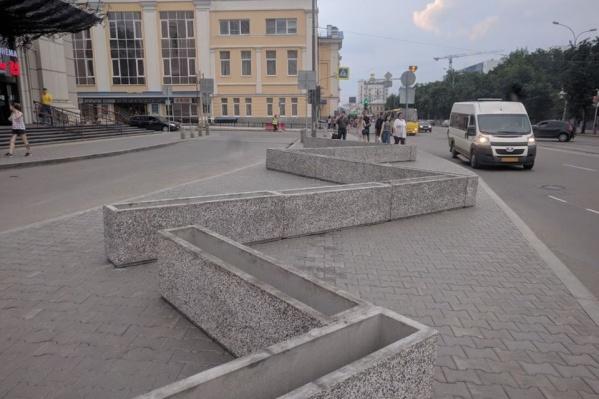 По широкому тротуару теперь невозможно ходить