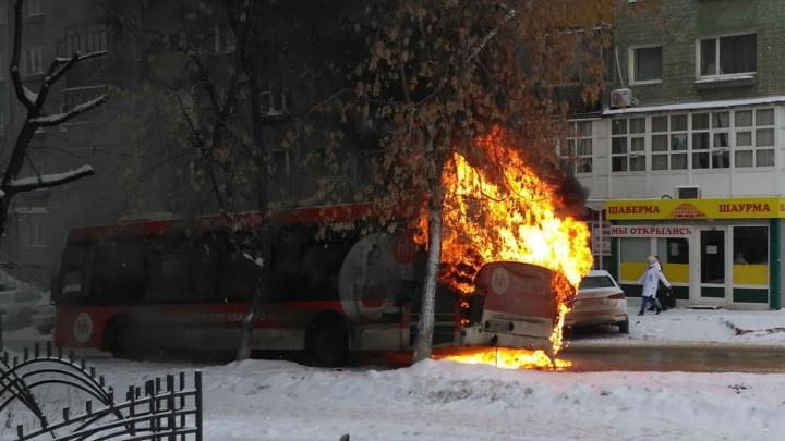 На перекрёстке улиц Мира и Одоевского в Перми загорелся пассажирский автобус