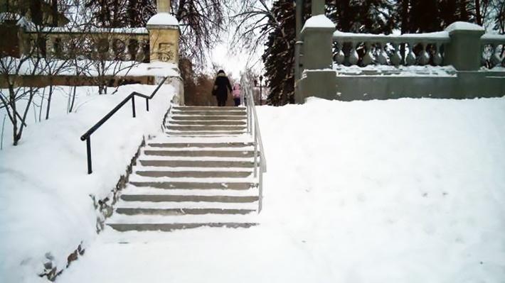 Фото: это лестница, которую напополам чистят мэрия и горожане. Угадайте, кому лень