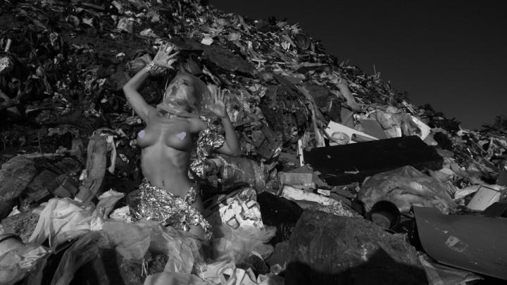 «Художники всё чувствуют»: челябинка устроила обнажённую фотосессию на городской свалке