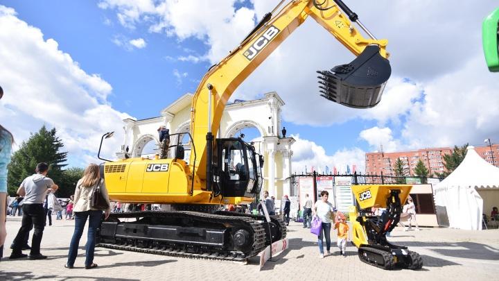 День строителя: экскаваторы танцевали, а чиновники штукатурили и обещали Екатеринбургу небоскрёбы
