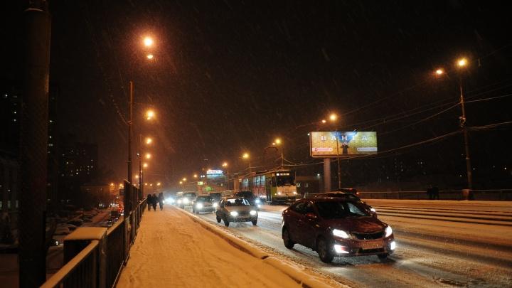 Екатеринбург может остаться без света: синоптики объявили штормовое предупреждение из-за снега