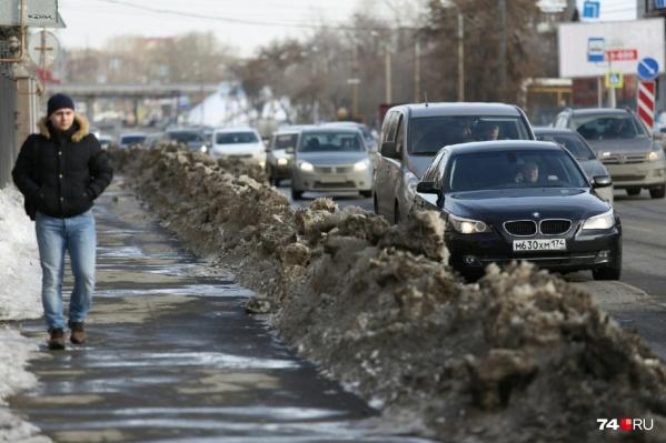 Горы снега превратились в чёрные кучи