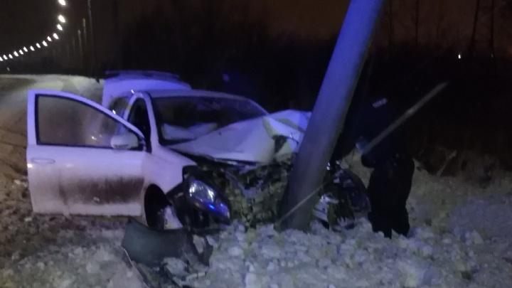Машину раскурочило: иномарка улетела с нечищеной дороги и врезалась в столб